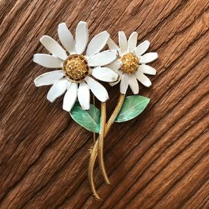 Vintage daisy pin with rhinestones